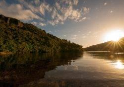 Sonnenuntergang spiegelt sich im Lake Waikaremoana