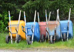 Fünf Schubkarren in Reih und Glied aufgestellt