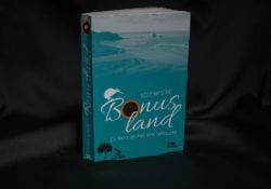 Frontansicht des Buches Bonusland, zu sehen sind ein Fahrradflicken, eine Baumsilouette und ein Fahrradfahrer