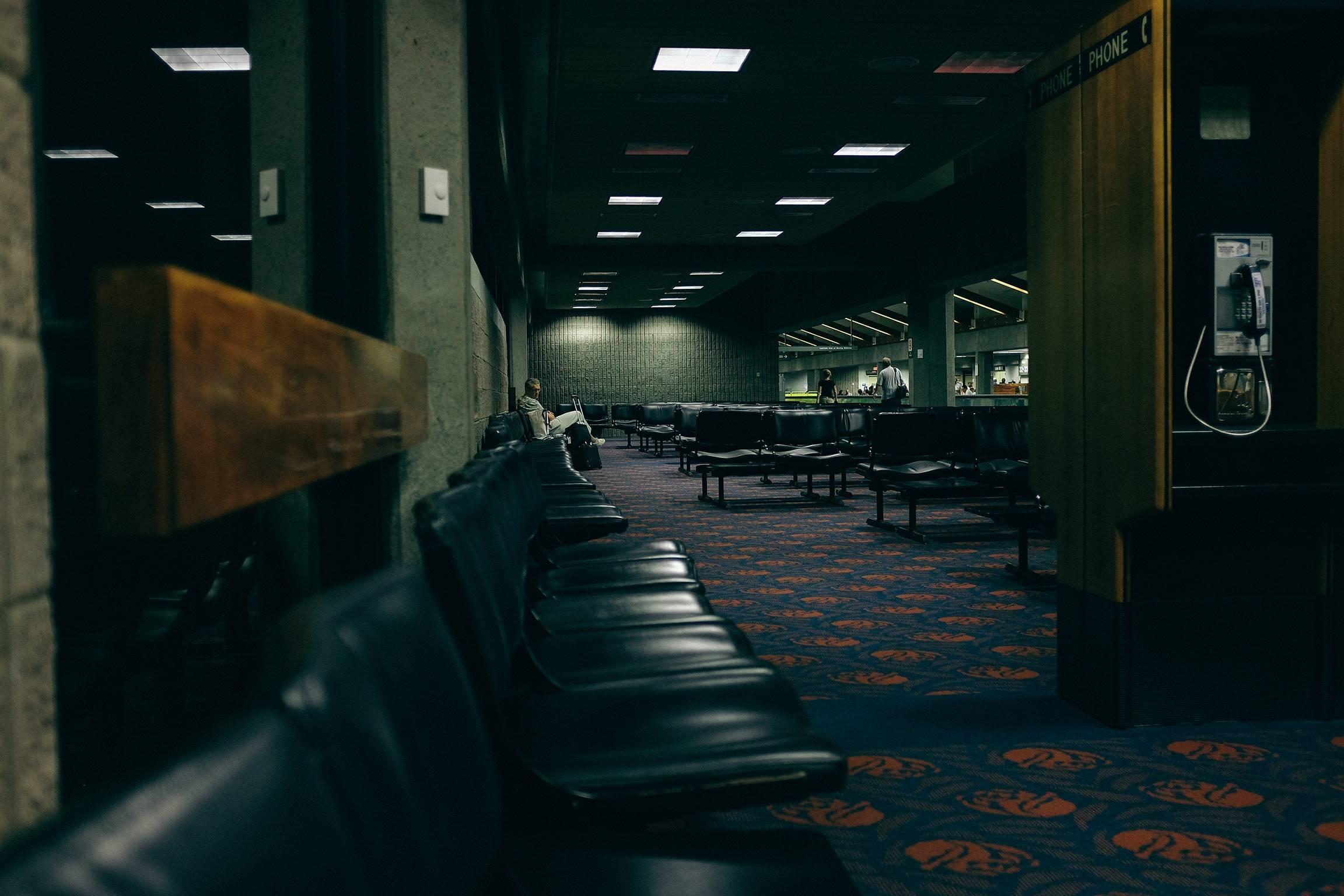 Blick auf ein leeres und dunkles Flughafen Warteareal