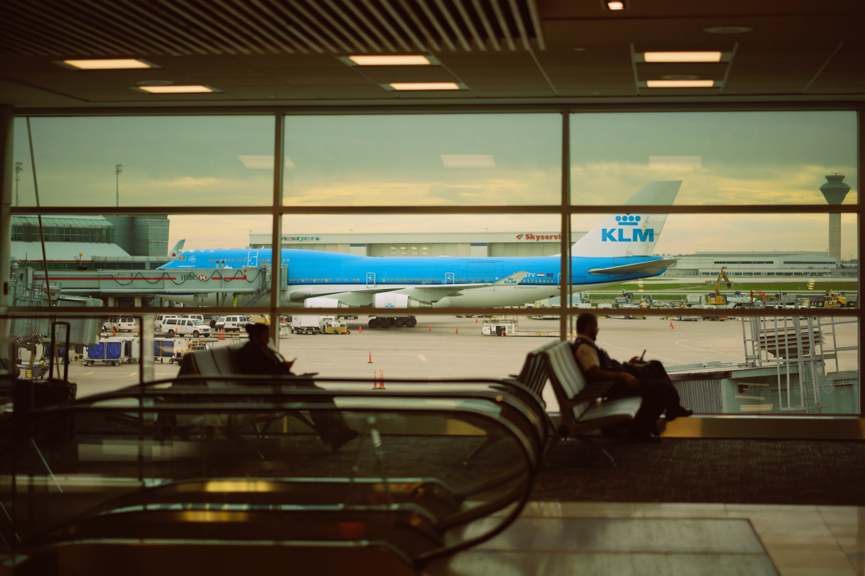 Blick aus dem Airport Terminal hinaus zum Flugzeug