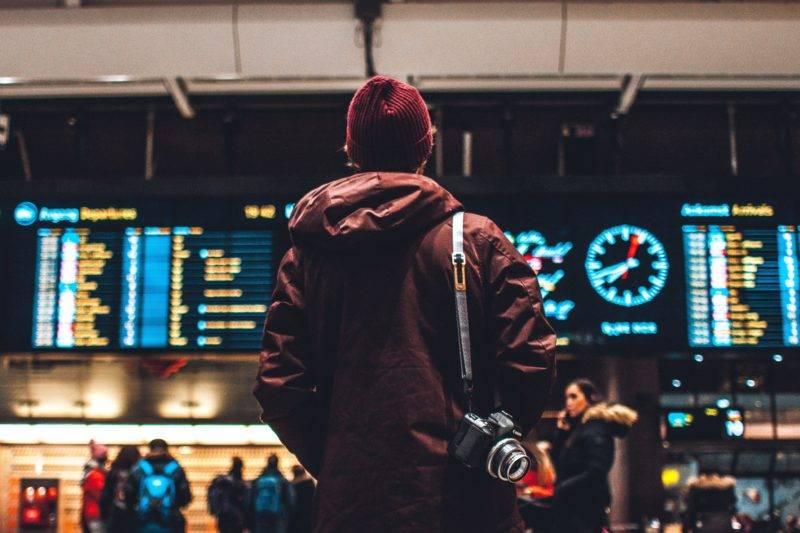 Blick auf die Abflugtafeln am Flughafen
