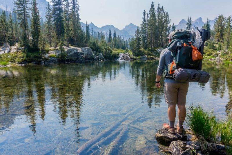 Backpacker vor einem See