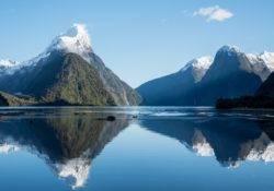 Milford Sound und Mitre Peak spiegeln sich im Wasser