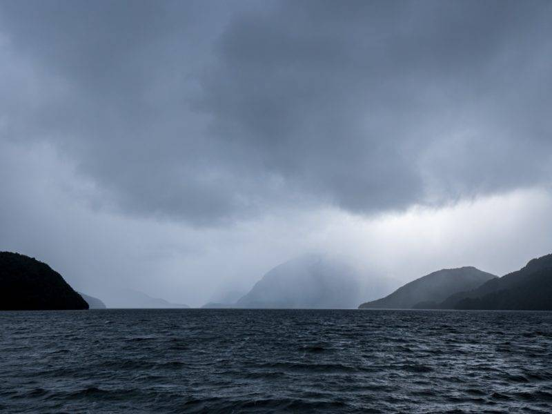 Der Doubtful Sound mit Wolken