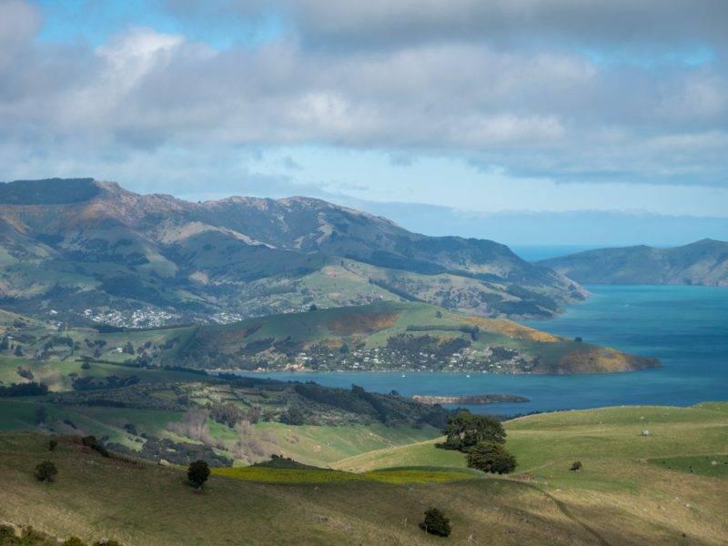 Blick auf die Buchten der Akaroa Halbinsel