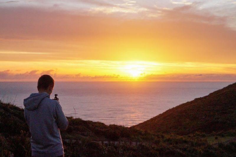 Philipp filmt den Sonnenuntergang am Cape Reinga