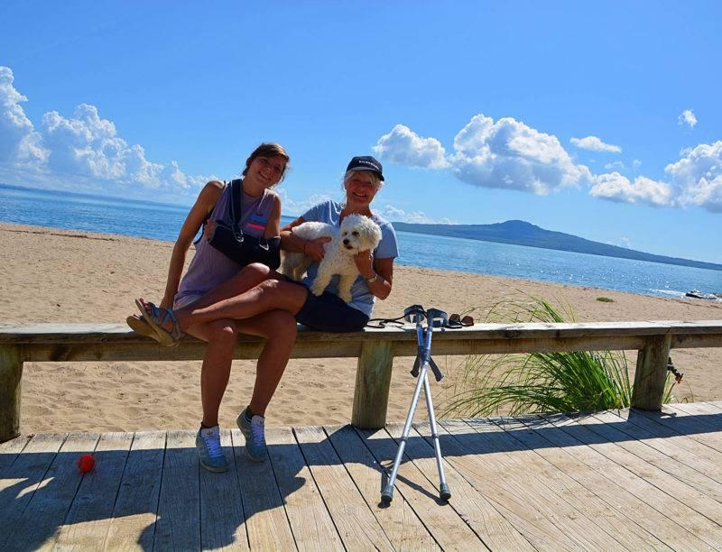 Susie und Vicky am Strand in Auckland