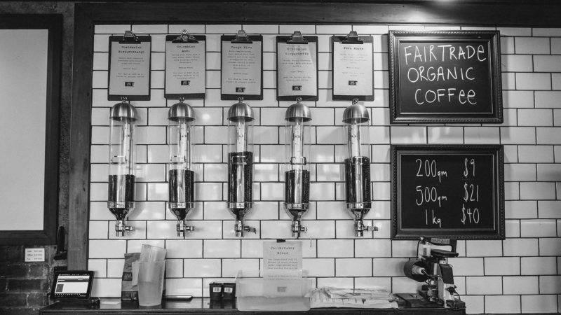 Innenansicht eines Cafe's mit verschiedenen Kaffeesorten