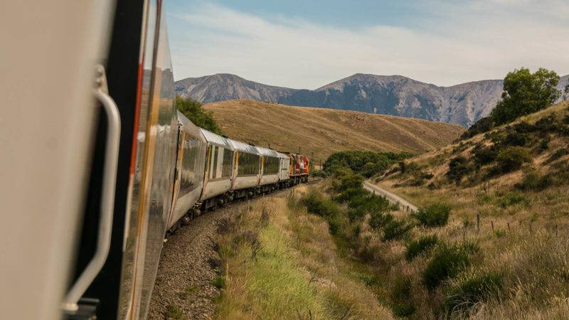 Zug fährt durch die Berge Großbritanniens