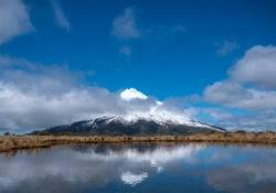 Blick auf Mount Taranki und Reflektion in den Pouakai Tarns