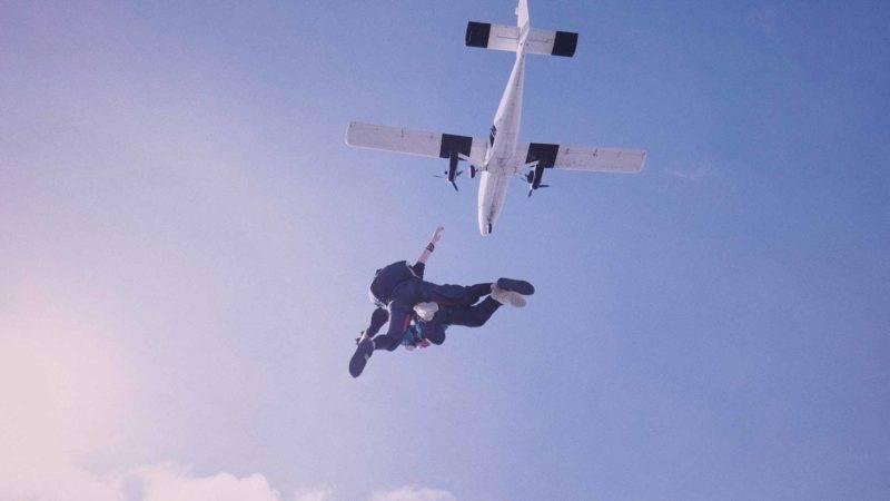 Mutig aus einem Flugzeug stürzen, bei einem Fallschirmsprung in Neuseeland kein Problem