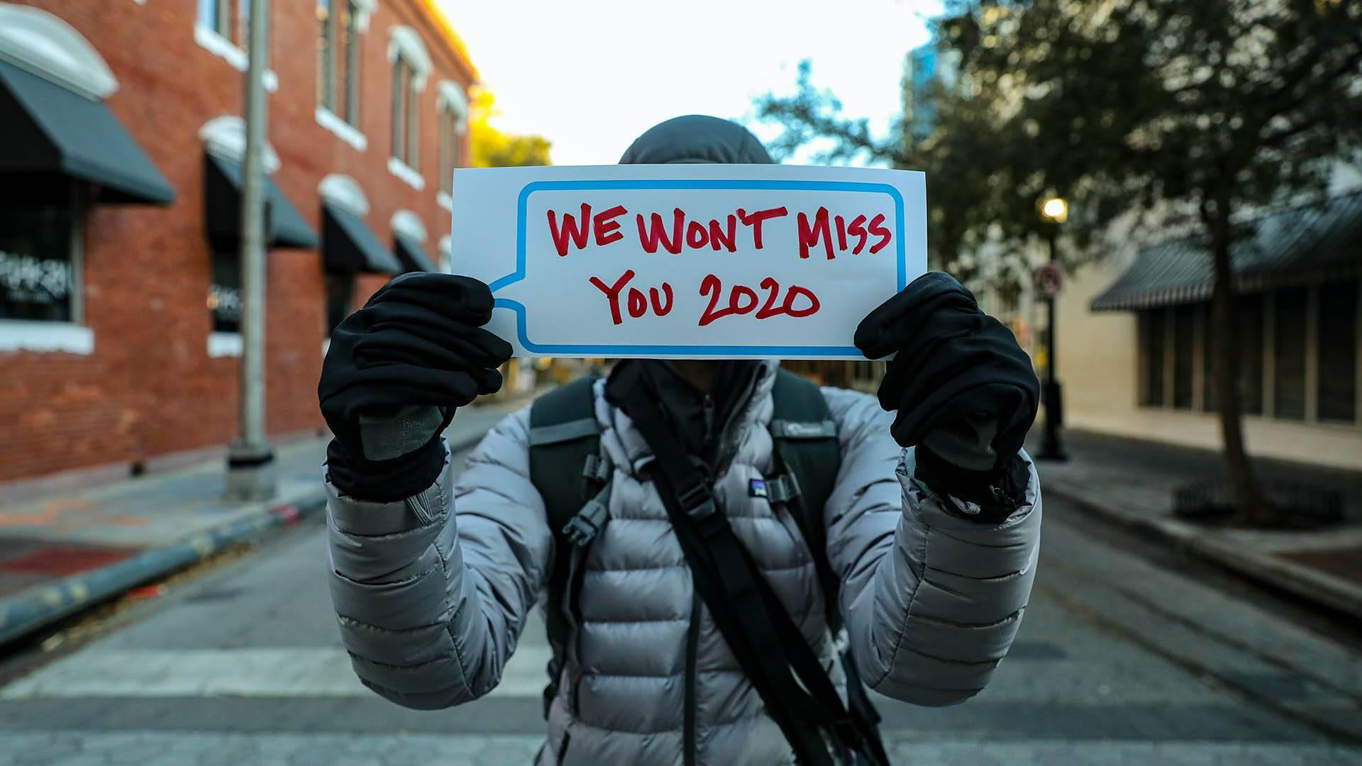 Person hält einen Zettel, 2020 wir werden dich nicht vermissen
