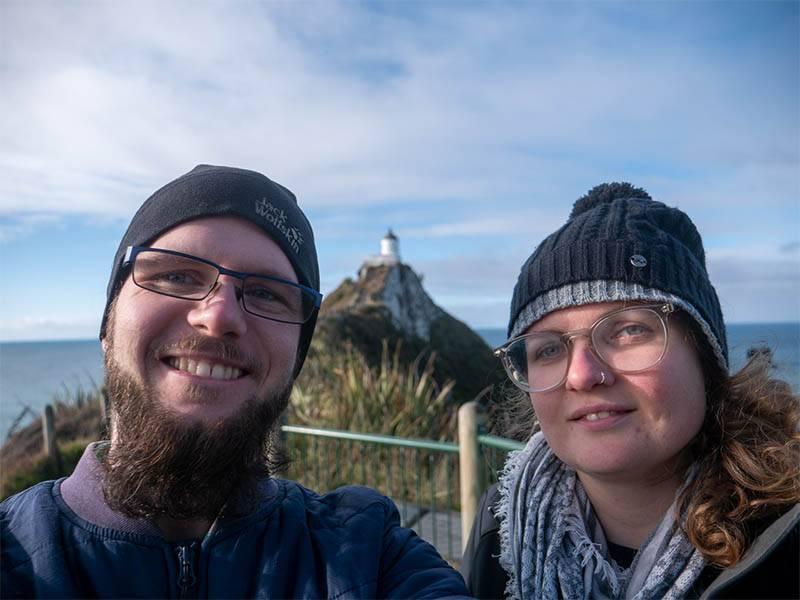 Camper Trip in Neuseeland Thereza und Julian vor dem Nugget Point Leuchtturm