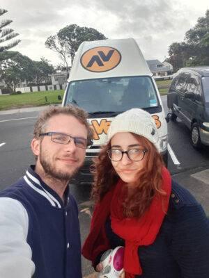 Charlotte und Julian vor dem Kuga von Travellers Autobarn in Neuseeland