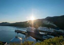 Blick auf den Fährhafen in Picton mit Bluebridge und Interislander