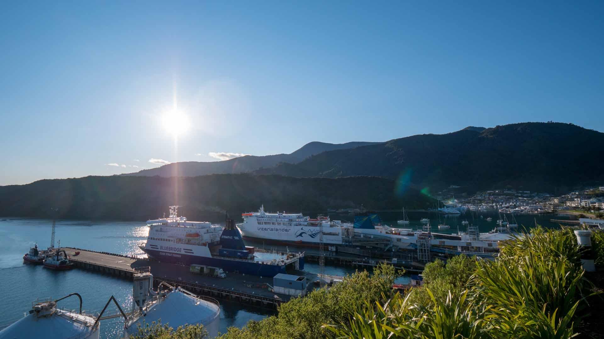 Blick auf den Hafen in Picton mit Interislander und Bluebridge Fähre im Hafen