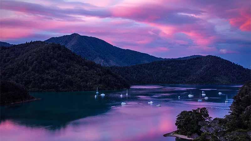 Marlborough Sounds bei Sonnenuntergang (Photo by Mark de Jong on Unsplash)